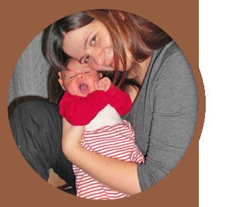 Hebamme Elisabeth Schneider mit ihrem Baby